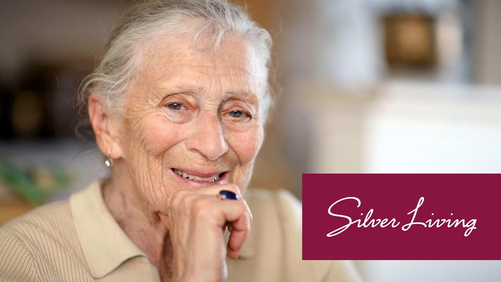 Zufrieden laechelnde Silver Agerin im Betreuten Wohnen von Silver Living