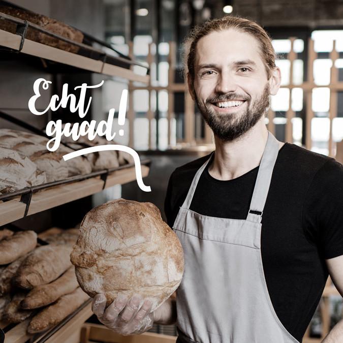Brotverkäufer mit Laib Brot in der Hand