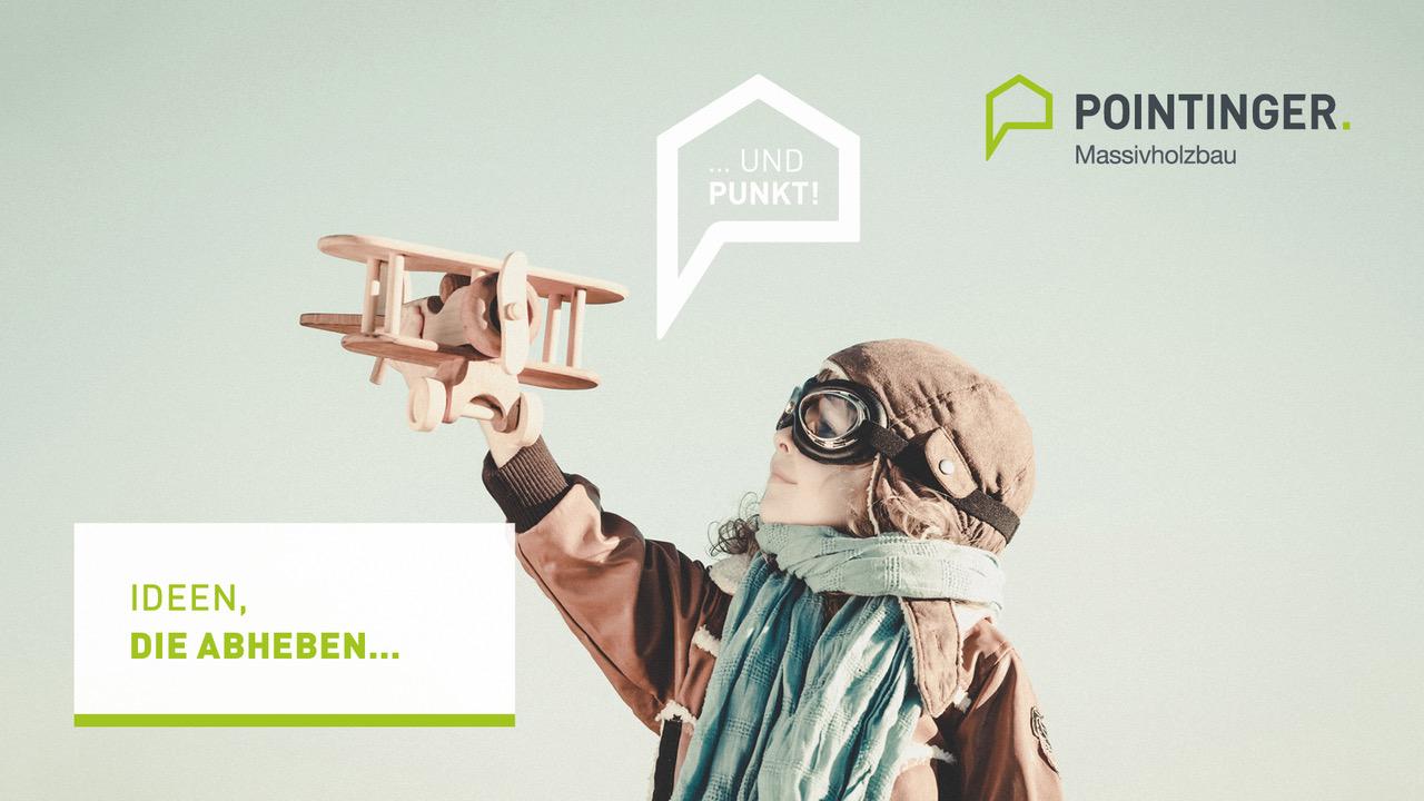 Kind mit Fliegerhaube und Holzflugzeug für Ideen die abheben bei Pointinger Massivholzbau