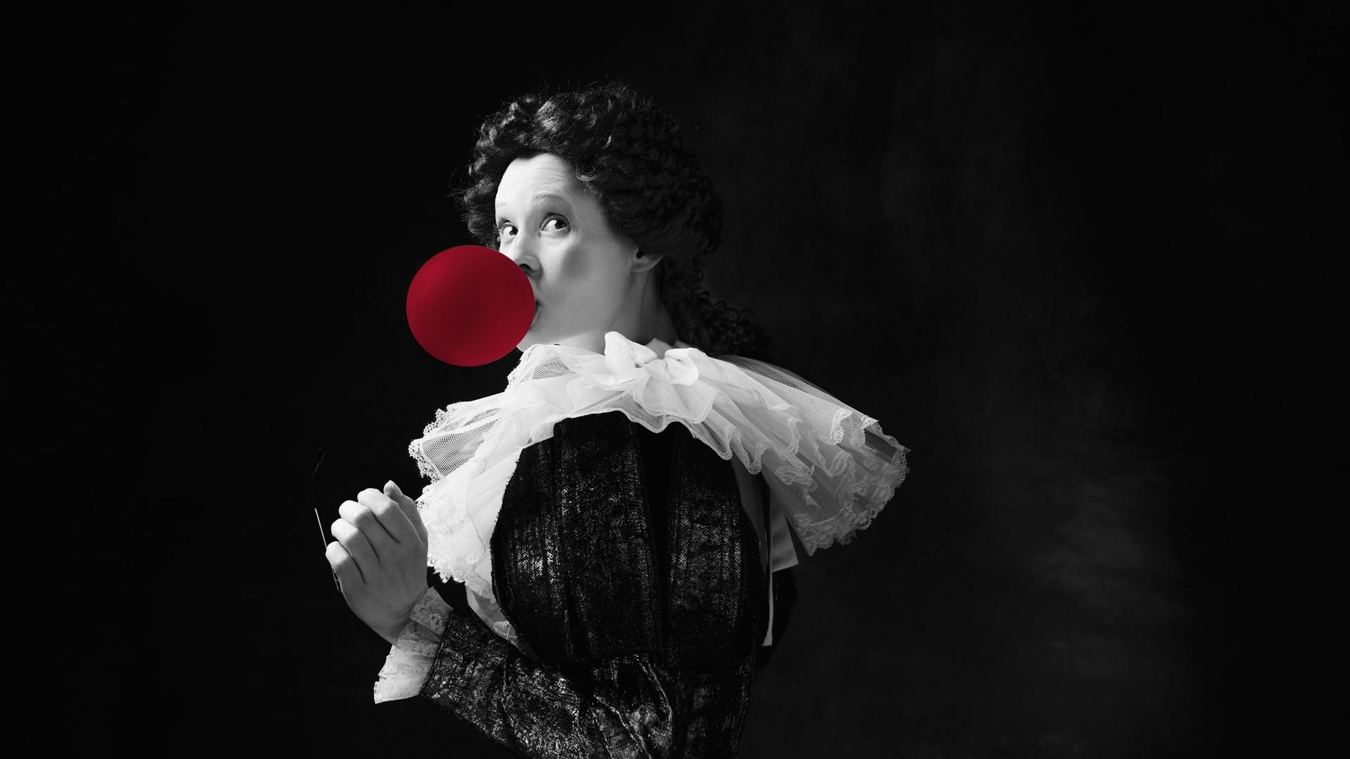 Altmodisch angezogende Dame als Gegentrend zu moderner Kaugummiblase