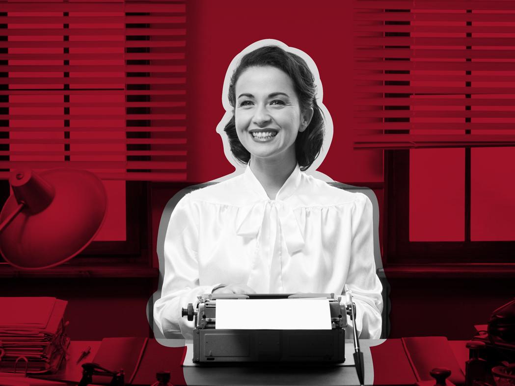 Frau mit weißer altmodischer Bluse tippt auf Schreibmaschine auf rotem Buero-Hintergrund