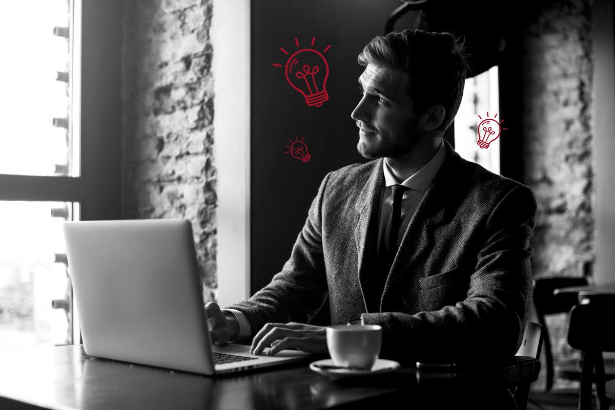 Mann am Laptop gestaltet Content mit Mehrwert